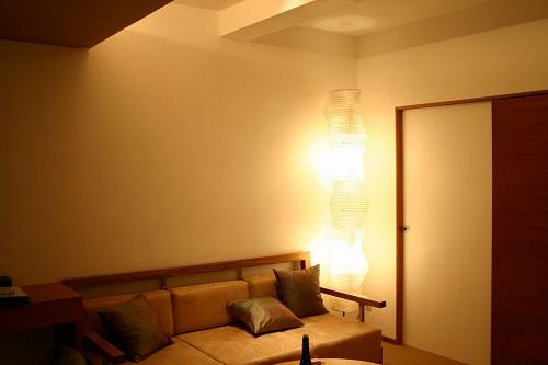 壁際に背の高いスタンドライト