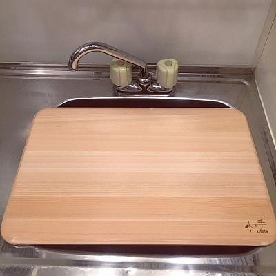 シンクの上にまな板を置き、作業台として使う